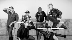 Madonnas dansare poserar i en danssal