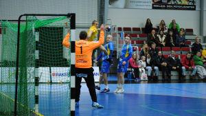 Ott Varik, SIF, hoppar in i målgården och skjuter bollen i mål.