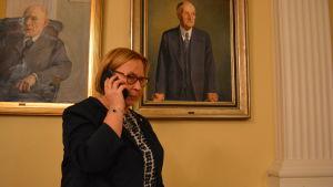 Stadsdirektör Kristina Stenman i fullmäktigesalen i Jakobstad