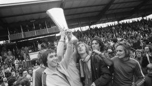 Borussia Mönchengladbach-spelare firar den första Euopacusegern (nuvarande Europaleague) mot holländska Twente Enschede 1975. Längst till höger dansken Allan Simonsen.