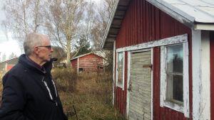 Keijo Pitkänenframför det hus dit pappa Arvo kom som evakuerad.