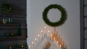 En tunn krans av ris i Strömsö villans sal på muren