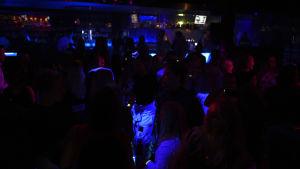 Folk på nattklubb