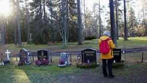 Ritva Sommermark på gravgården i Sankt Michel.