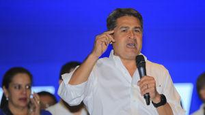 Honduras president Orlando Hernández talar i mikrofon.
