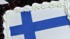 En tårta som föreställer Finlands flagga.