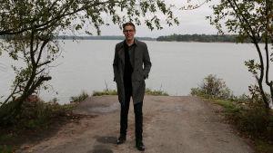 Kapellimestari Klaus Mäkelä Hietaniemen rannalla.