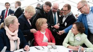 SFP:s Anna-Maja Henriksson intervjuas under regeringskrisen