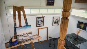 Ett staffli och flera målningar inne i konstnären Leo Karppanens ateljé.