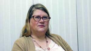 Inspektör Katja-Pia Jenu vid Regionförvaltningsverket i södra Finland granskar arbetsförhållanden för utländska arbetstagare.