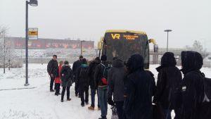 Tågresenärer köar till buss i Kyrkslätt.