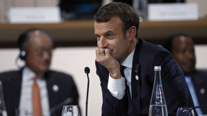 Emmanuel Macron lutar huvudet i handen på klimatmötet.