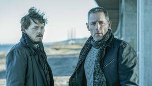 Karaktärerna Henrik och Johan står nedanför Öresundsbron.