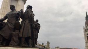 Hjältemonument i Budapest där alla statyer föreställer män