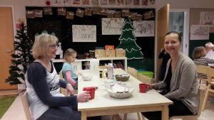 Hanna Velling och Leena Juntunen vid frukostbordet på barnens daghem.