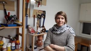 Merja Pöyhönen i Aura of Puppets utrymmen.