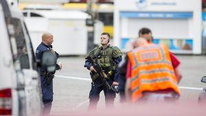 Beväpnade poliser i Åbo efter knivdådet på Åbo torg 18 augusti.