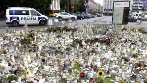 Blommor och ljus till minne av knivdådsoffren i Åbo.