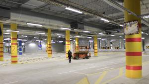 mattby nya bussterminal före invigningen, en grå hall med gula pelare