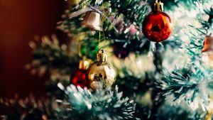 joulupalloja muovikuusen oksilla
