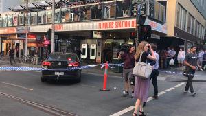 Gatan där en bil kört på personer i Melbourne.
