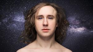 näyttelijä Ylermi Rajamaa avaruusolennon kaltaisena tähtitaivasta vasten