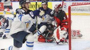 Aleksi Heponiemi gör mål mot Kanada.