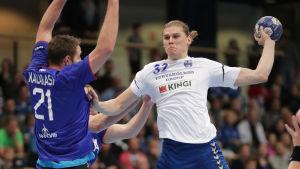 Theo Westerlund skjuer i handbollslandslagets VM-kvalmatch mot Ryssland.