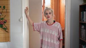 Donna (Alina Tomnikov) seisoo kotinsa oven suussa tummat meikit levinneinä ja yöpaita väärinpäin.