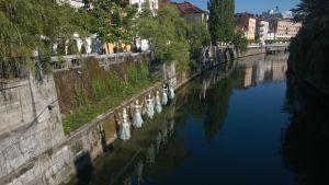 Konst i form av dockor nere längs floden Ljubljanica i Ljubljana, Solovenien.
