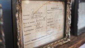 Matkustajakortti vuodelta 1931. Koukeroisella käsialalla kirjoitettu nimi, ammatti ja syntymäaika- ja paikka.