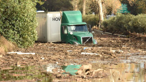 Många vägar var oframkomliga då lermassor och regnvatten översvämmade vägar