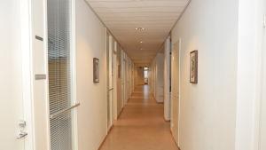 En lång tom korridor i Fixhusets andra våning i Ekenäs.