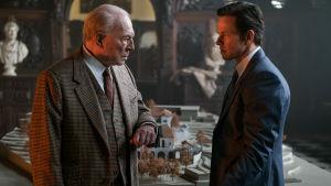 J. Paul Getty (Christopher Plummer) och Fletcher Chase (Mark Wahlberg) står och ser på varandra.