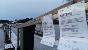 Skylt på finska och svenska om badförbud på grund av för höga halter enterokocker i vattnet vid Ispois vinterbad.