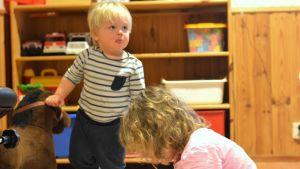 Hannes leker med storasyster Amanda på daghemmet Prästkragen i Prästkulla.