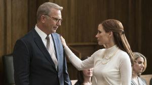 Larry Bloom (Kevin Costner) och Molly Bloom (Jessica Chastain) står och ser på varandra i en rättssal.