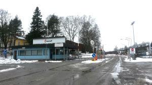 Porten till Mondis pappersfabrik i Lojo