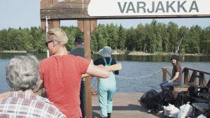 Kuva kapulalossilta kohti menosuuntaa, Varjakanniemestä kohti vastarannalla näkyvää Varjakansaarta, lossin yläosassa kyltti jossa lukee Varjakka.