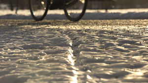 Cykel på isig väg.