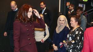 Hertiginnan Catherine ler då hon träffar skådespelare från tv-serien Skam. I bakgrunden står prins William.