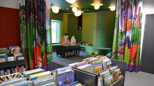 Barnböcker på ett bibliotek.