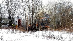 Uthus brinner i Raunistula.