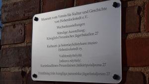 Skylt på tyska, finska och svenska vid museet
