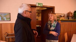 Siegfried Schäfer samtalar med fru Peters, barnbarnsbarn till fru Böge