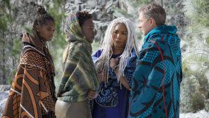 Shuri (Letitia Wright), Nakia (Lupita Nyong'o), Ramonda (Angela Bassett) och Everett K. Ross (Martin Freeman) står tillsammans och pratar.