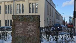 Minnesstenen har vintern 2018 flyttats mittemot den plats där arkebuseringarna skedde
