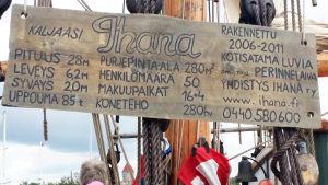 Kaljaasi Ihanan kannella oleva kyltti kertoo numerotietoa aluksesta