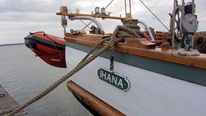 Kaljaasi Ihanan nimikyltti laivan perässä