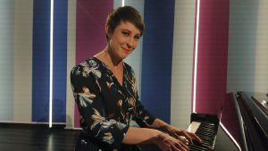 Muusikko Laura Sippola pianon äärellä